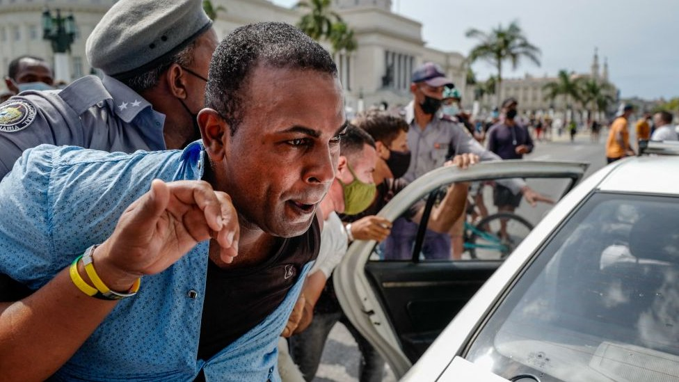 Detención de un manifestante frente al Capitolio de La Habana, Cuba.