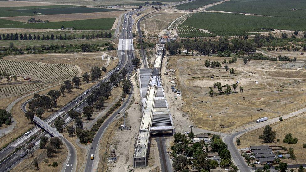 La construcción de rieles y una plataforma para el tren de alta velocidad en Fresno, en el centro de California.
