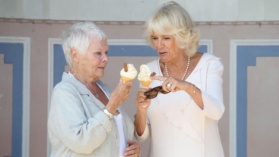 dve žene sa sladoledom