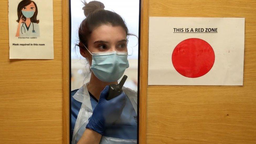 護士通過對講機工作