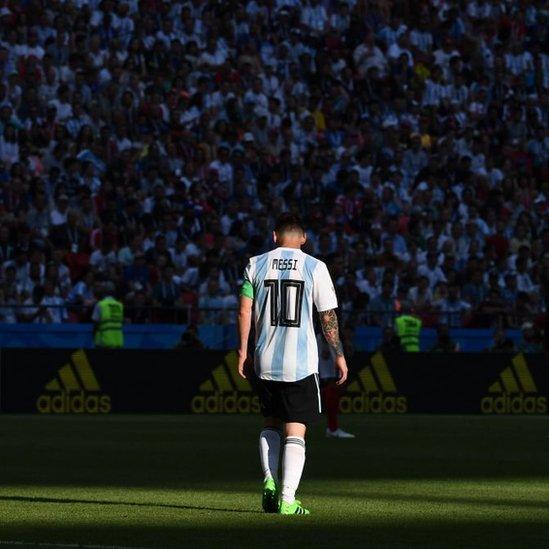 Lionel Messi se retira desolado tras la eliminación de Argentina en Rusia.