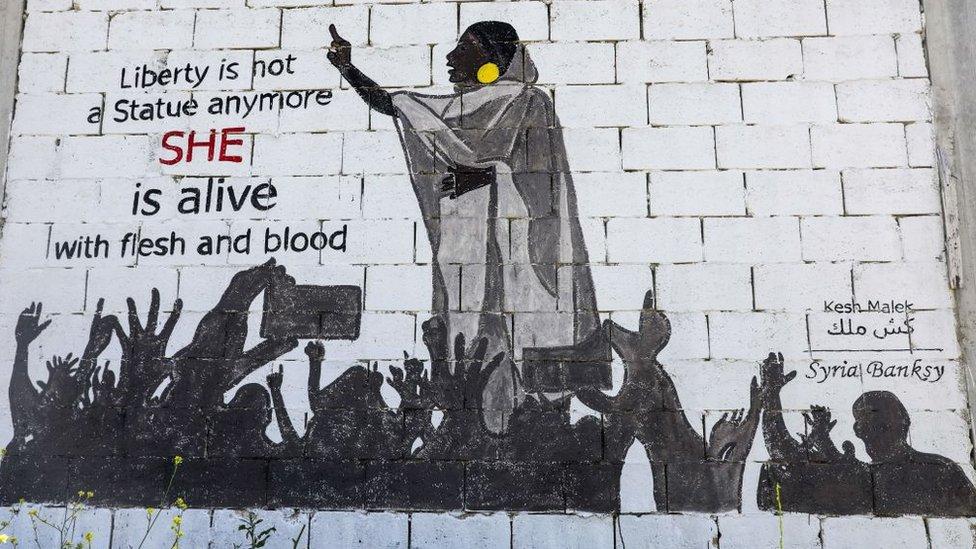 ألهمت آلاء النشطاء حول العالم ، وقد زين رسمها حائطا في سوريا في شهرإبريل/نيسان.
