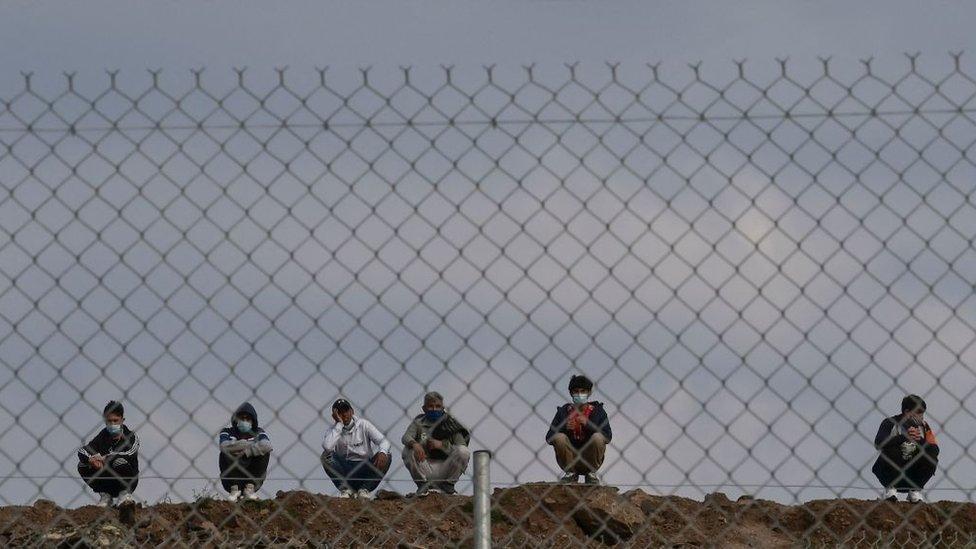 مهاجرون ومخيم في ليسبوس