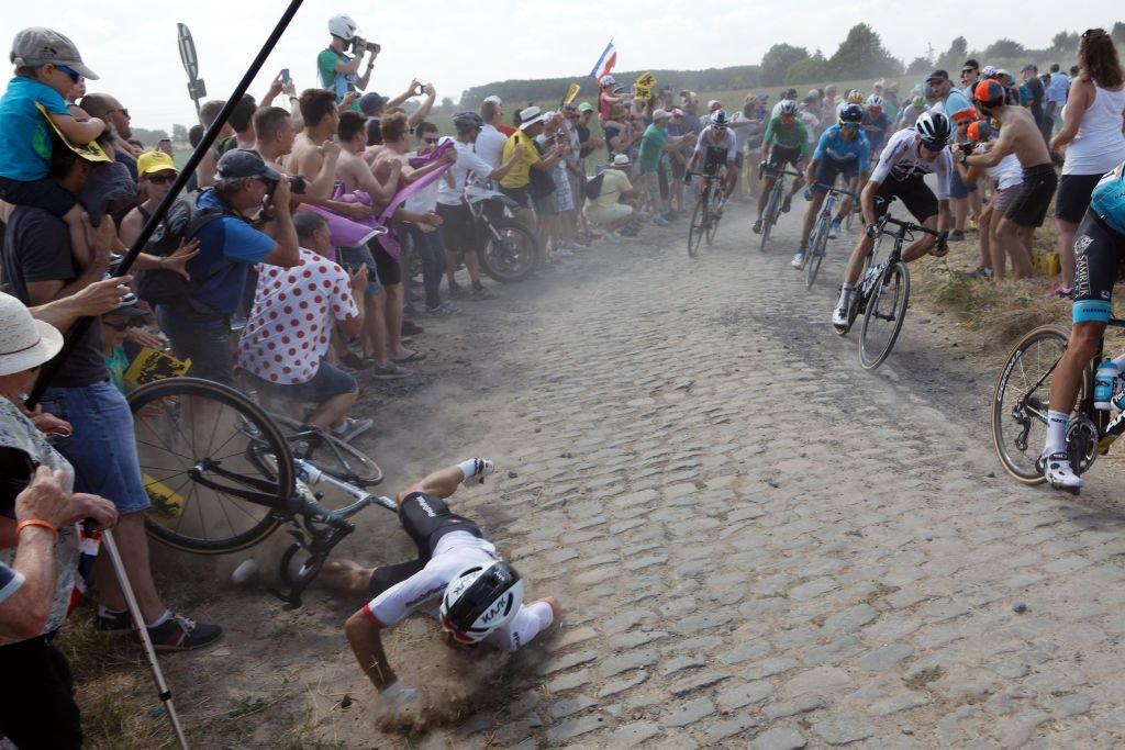 El polaco Michal Kwiatkowski pierde el control de su bicicleta y termina en el suelo.