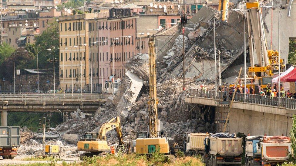 Escombros del puente en Génova