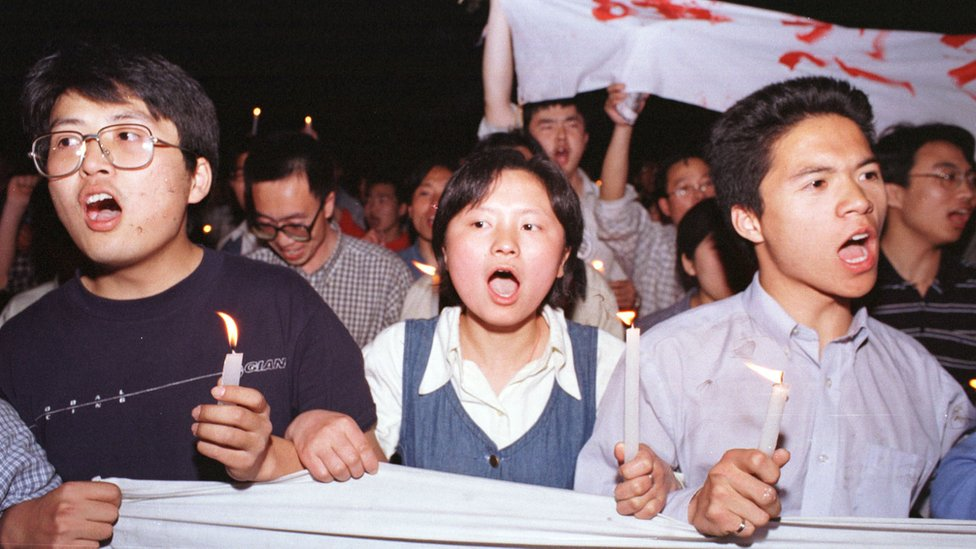 Manifestantes chinos marchan hacia la embajada de EE.UU. en Pekín el 9 de mayo de 1999.