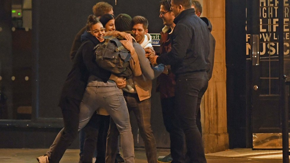 Coronavirus Last Night Of The Pubs As Lockdown Begins Bbc News