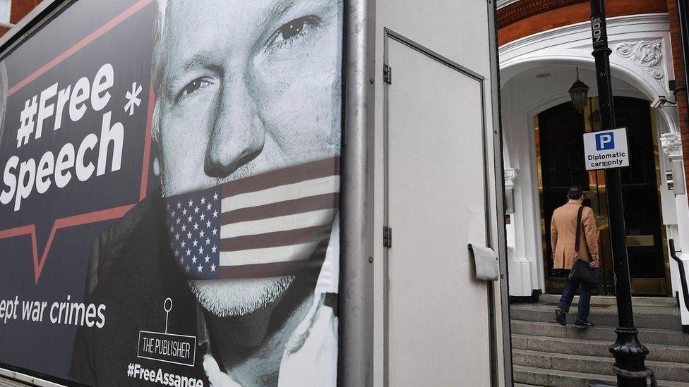 """Cartel a favor de Assange que dice """"libertad de expresión""""."""