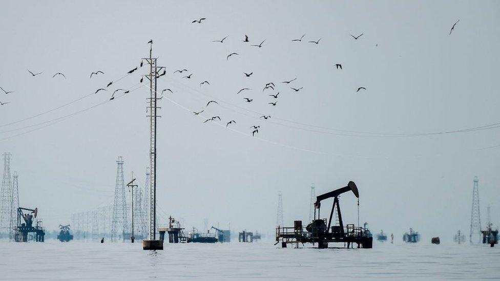 El lago de Maracaibo tiene miles de plataformas e instalaciones petroleras.