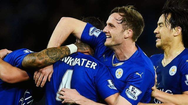 Andy King celebrates with Leicester players