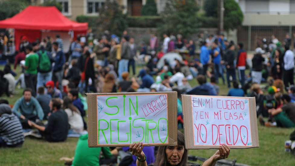 Uruguayans protesting against the cannabis register