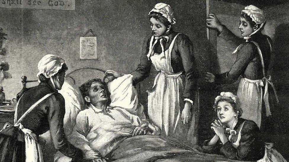 Ilustração em preto e branco de pessoa morrendo em um período mais antigo