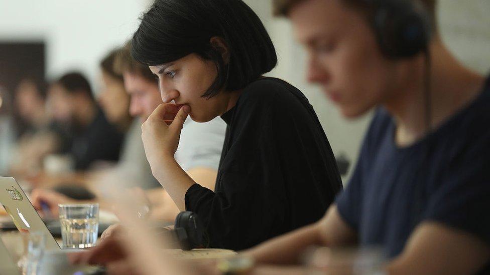 Una mujer trabaja frente a su laptop