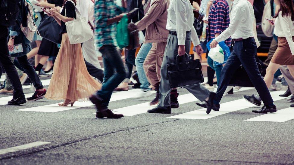مجموعة من الأشخاص يسيرون
