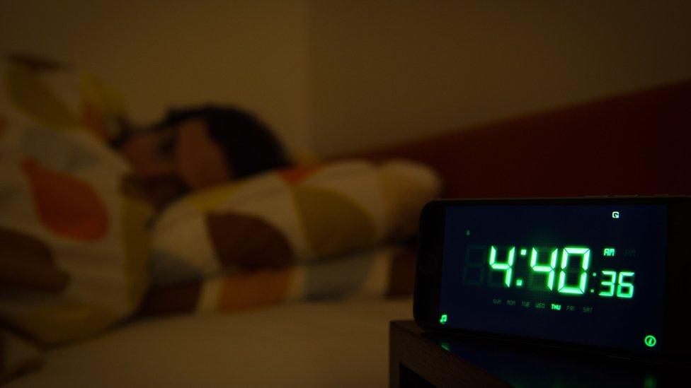 شخص يعاني من الأرق ويحاول النوم