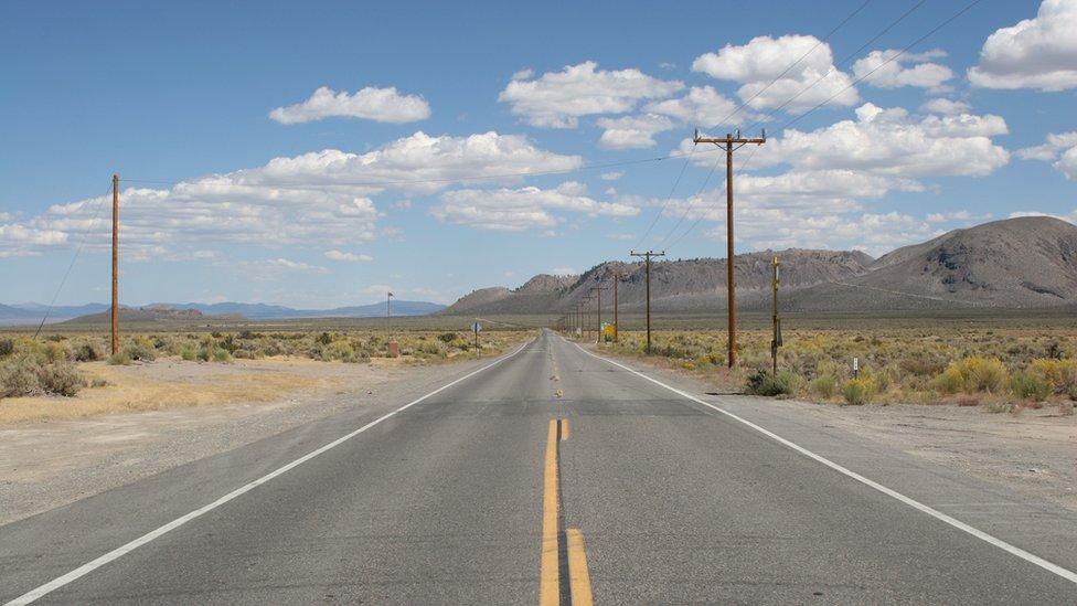Carretera despejada en medio de un paisaje amplio