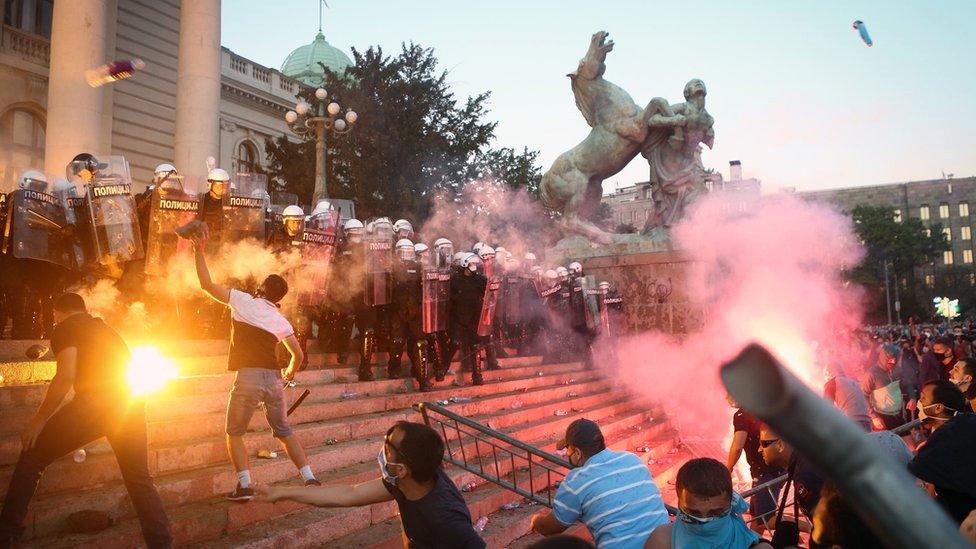 Беспорядки в Белграде: что за толпа собралась у парламента Сербии второй вечер подряд