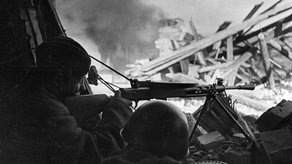 En la imagen, francotiradores soviéticos en una posición defensiva.