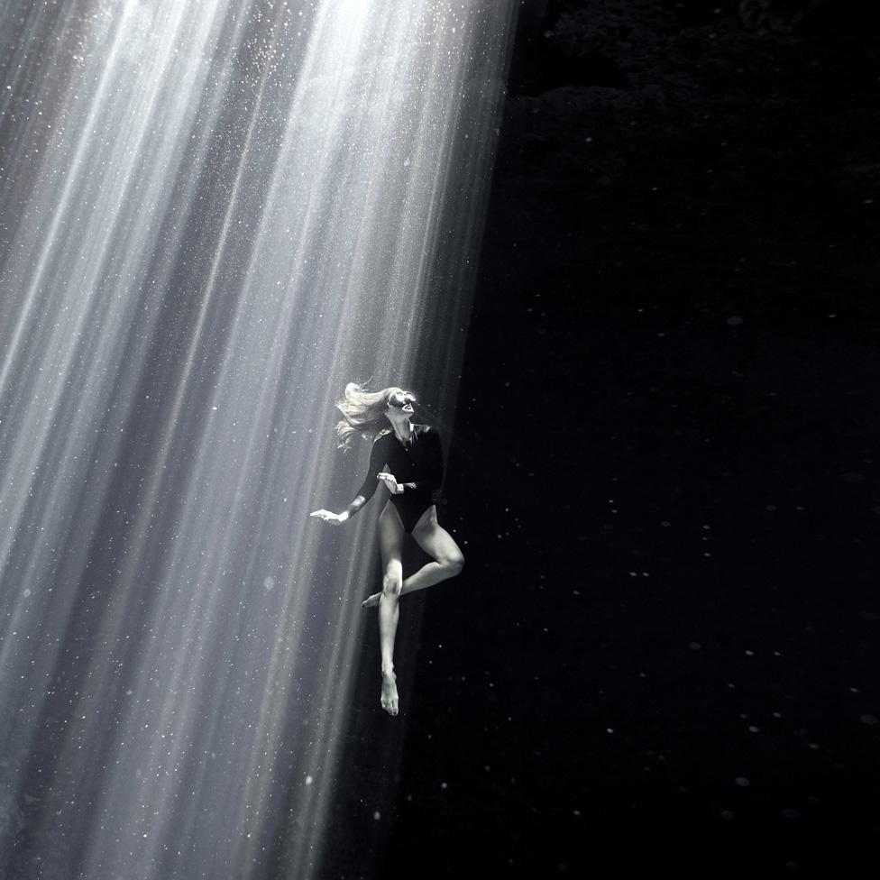 弗拉維亞·埃伯哈特(Flavia Eberhard)在墨西哥的尤卡坦半島( Yucatan Peninsula)水域自由潛。