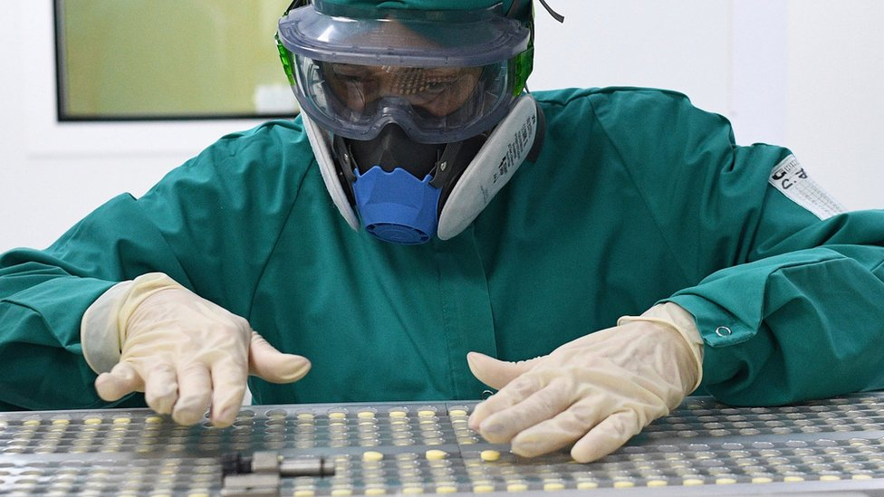Trabalhador de laboratório na Rússia durante a produção de faviparivir