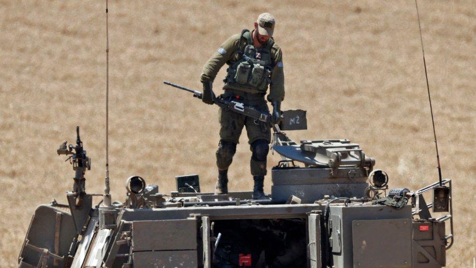Soldado israelí preparándose para un ataque contra Gaza