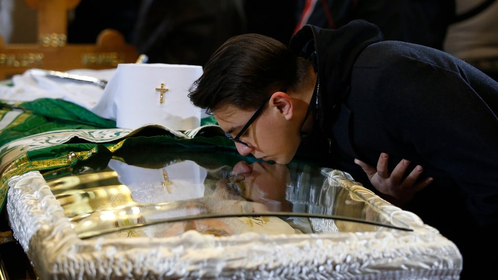 An orthodox believer pays last respect to the late Serbian Patriarch Irinej in Belgrade, Serbia, 21 November 2020.