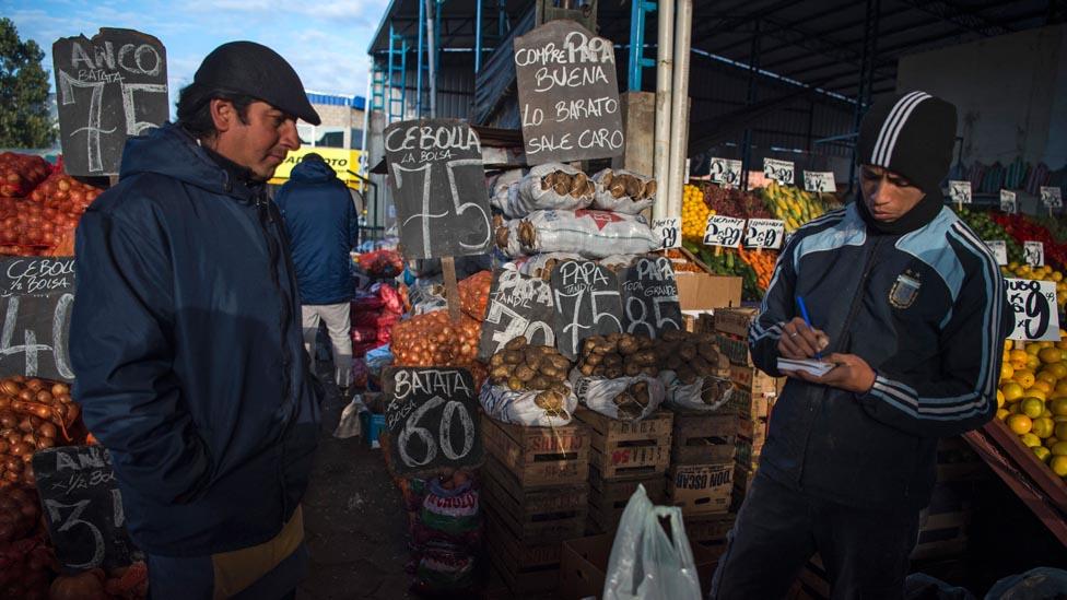 Los precios en Argentina sufren la segunda inflación más alta del mundo. Muchos lo enfrentan con pago a cuotas. Con tasa de interés altas, el esquema se desbarajusta.