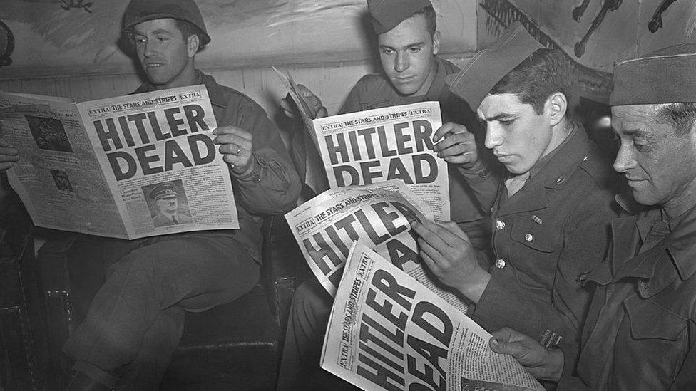 1945年,美軍士兵讀《星條旗》報了解希特勒死亡的消息。