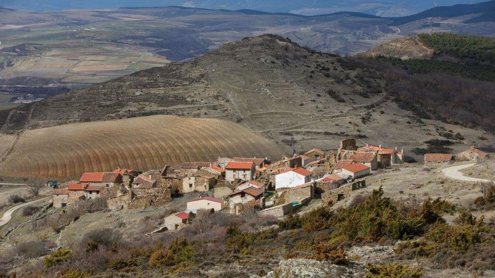 Pueblo deshabitado en Sarnago, Soria.