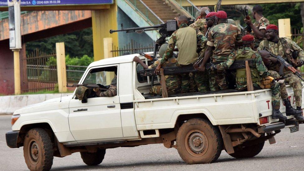 جنود من القوات المسلحة الغينية تتجه إلى جزيرة كالوم في العاصمة كوناكري