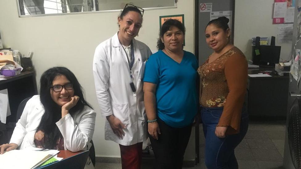 La doctora Zulma con su equipo de trabajo.