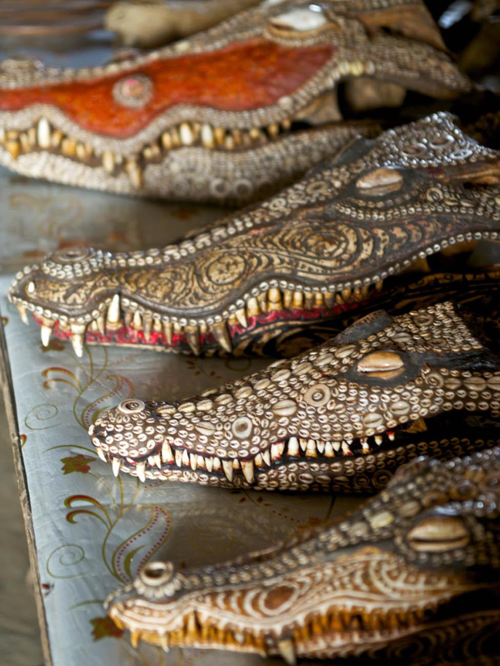 Cabezas de cocodrilo decoradas en Kaminimbit