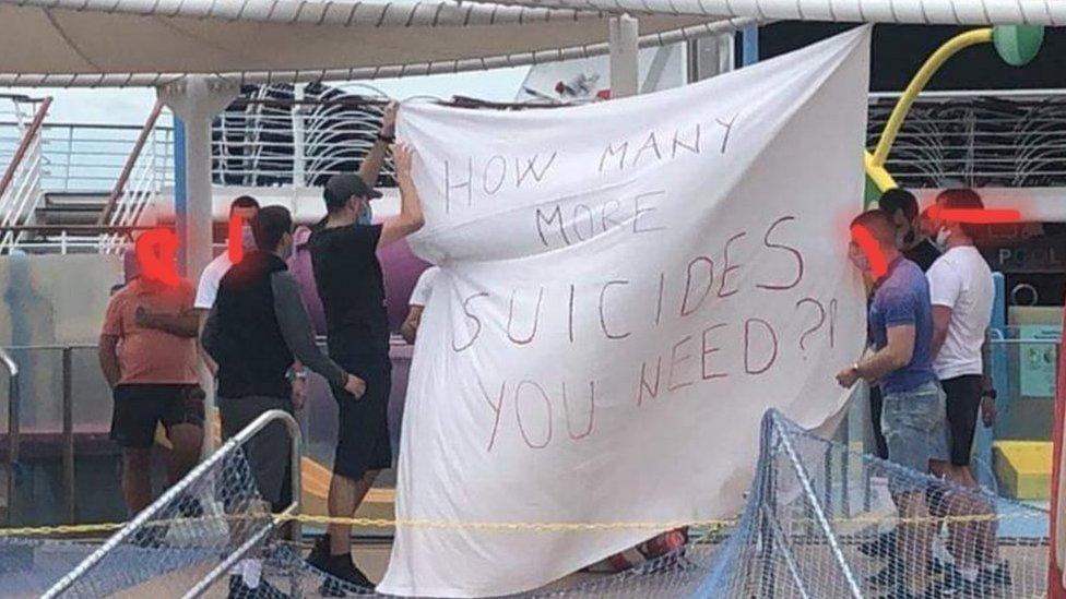 La semana pasada, manifestantes se reunieron con pancartas en la cubierta del Majesty of the Seas.