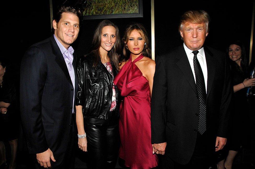 الكاتبة وزوجها مع ترامب وميلانيا