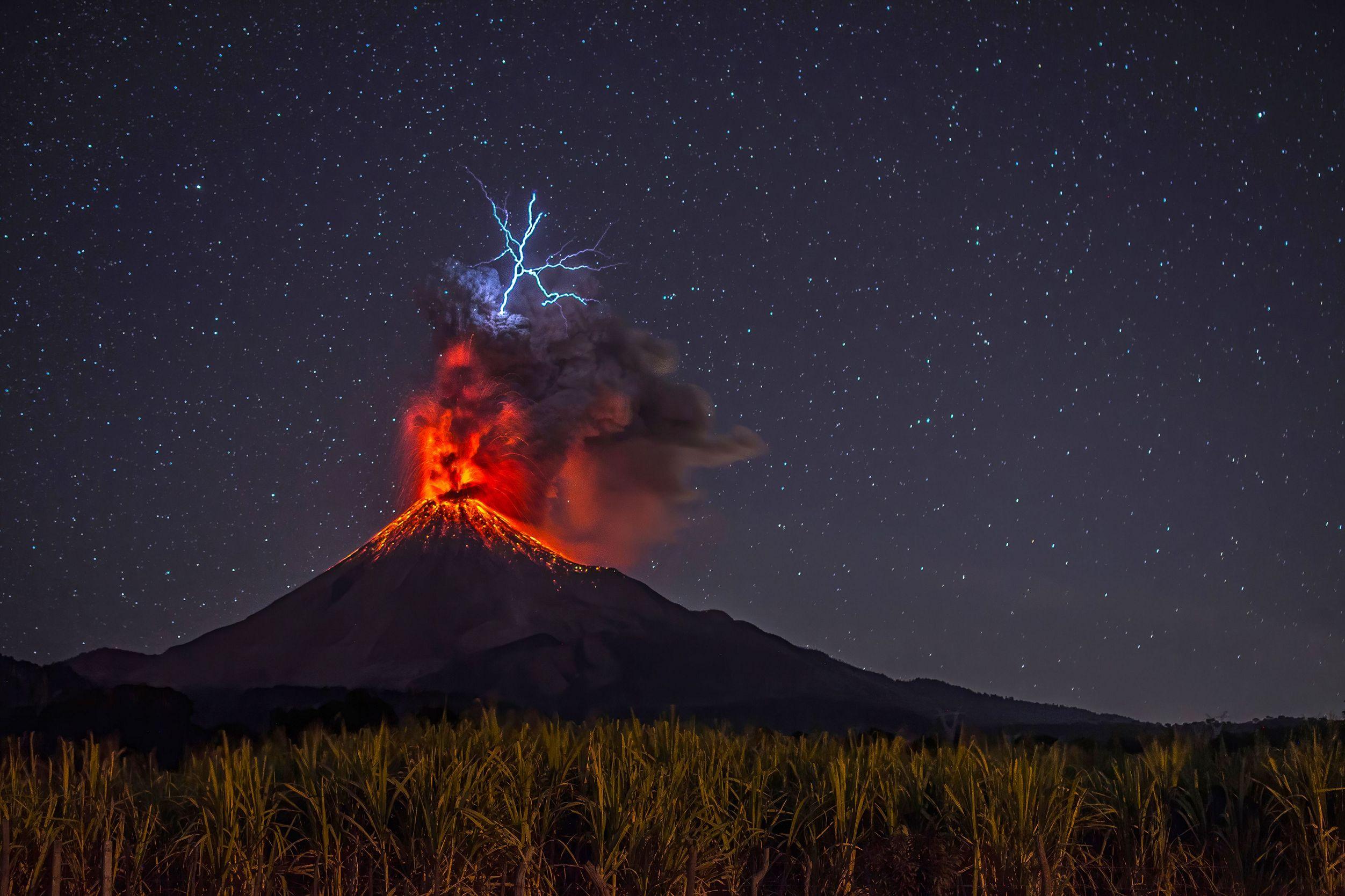 Actividad nocturna en el volcán de Colima,