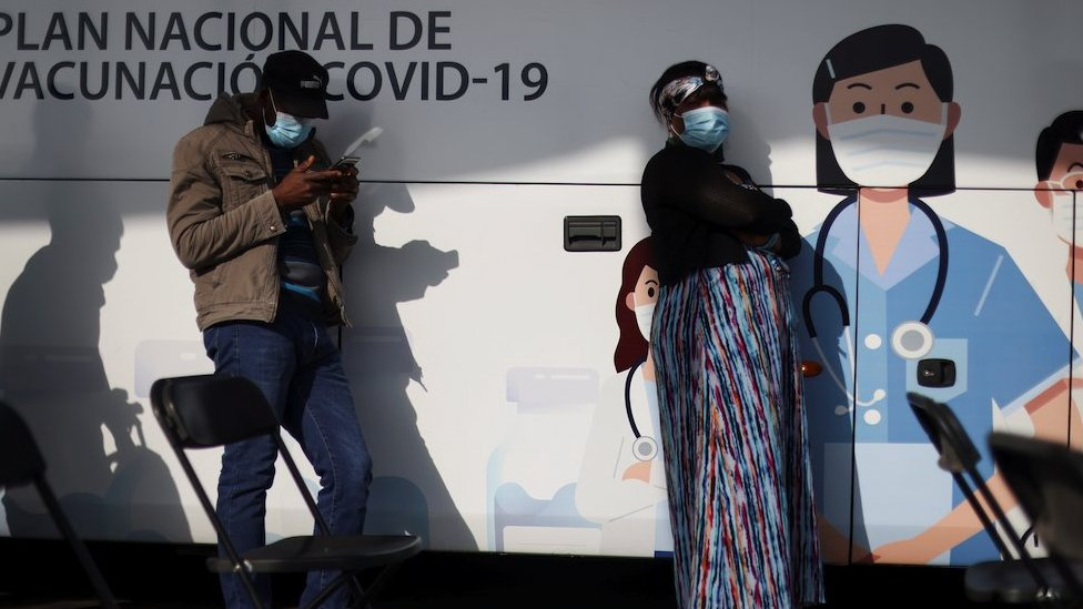 2021年6月16日,人們在聖地亞哥一個流動疫苗中心外等候接種科興疫苗。