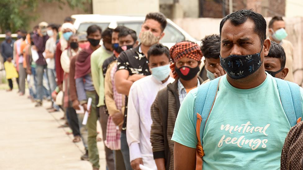 الناس يصطفون في انتظار اختبار فيروس كورونا في جامو بإقليم كشمير - 20 أبريل/نيسان 2021