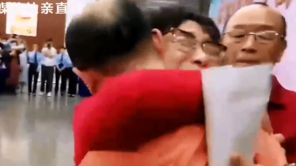 La reunificación de Li Jingzhi con su hijo y el padre de este