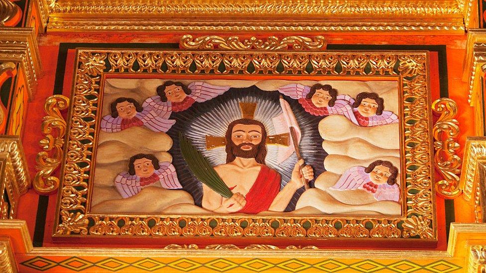 Imagen de madera policromada del Cristo resucitado en estilo mestizo-barroco en el altar principal de la misión jesuita de Concepción, departamento de Santa Cruz, Bolivia.