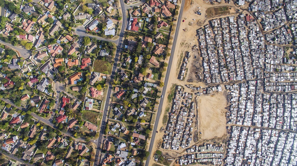Vista aérea de Kya Sands / Bloubosrand, Johanesburgo, Sudáfrica, que muestra una gran disparidad de riqueza.