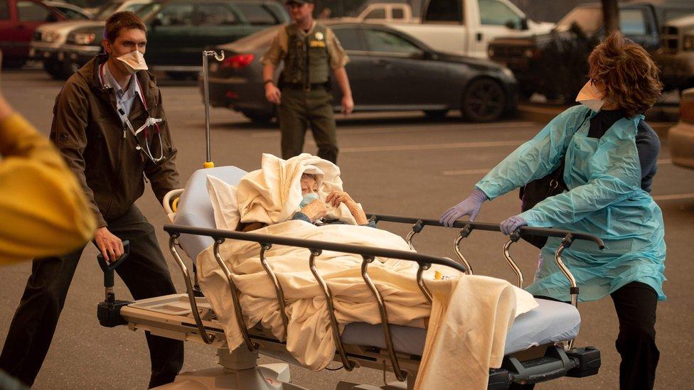Pacientes evacuados de un hospital en Paradise.