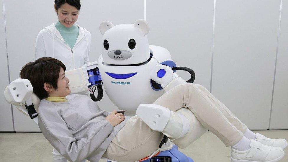 Nüfusu yaşlanan ve işgücü azalan Japonya okullarda, işyerlerinde ve bakım evlerinde robotları daha sık kullanıyor