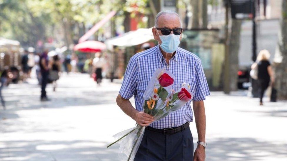 Hombre con mascarilla en Barcelona