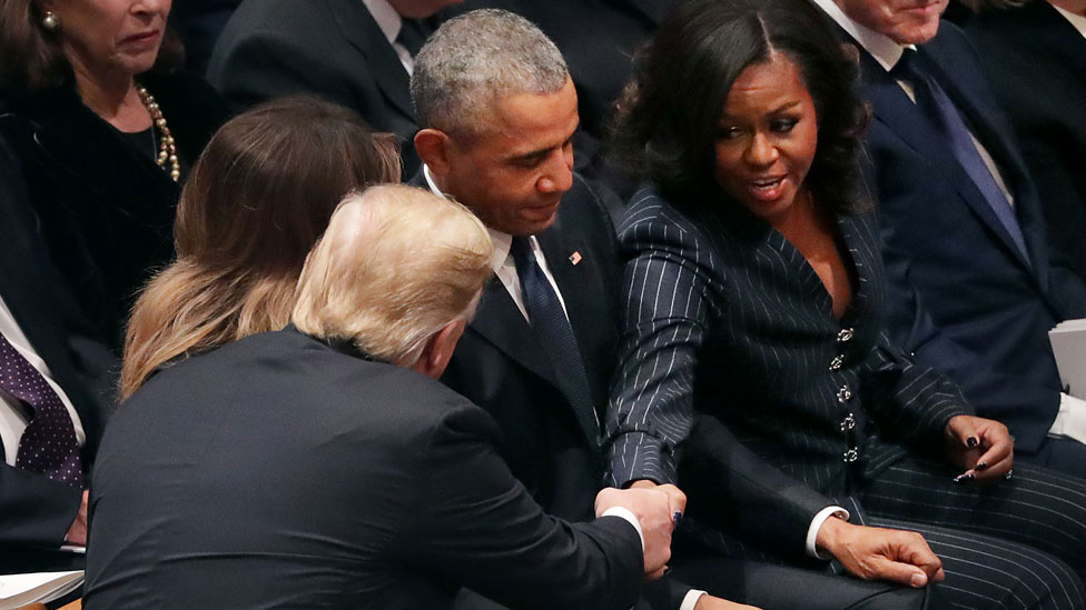 Trump y Michelle Obama se dieron la mano.