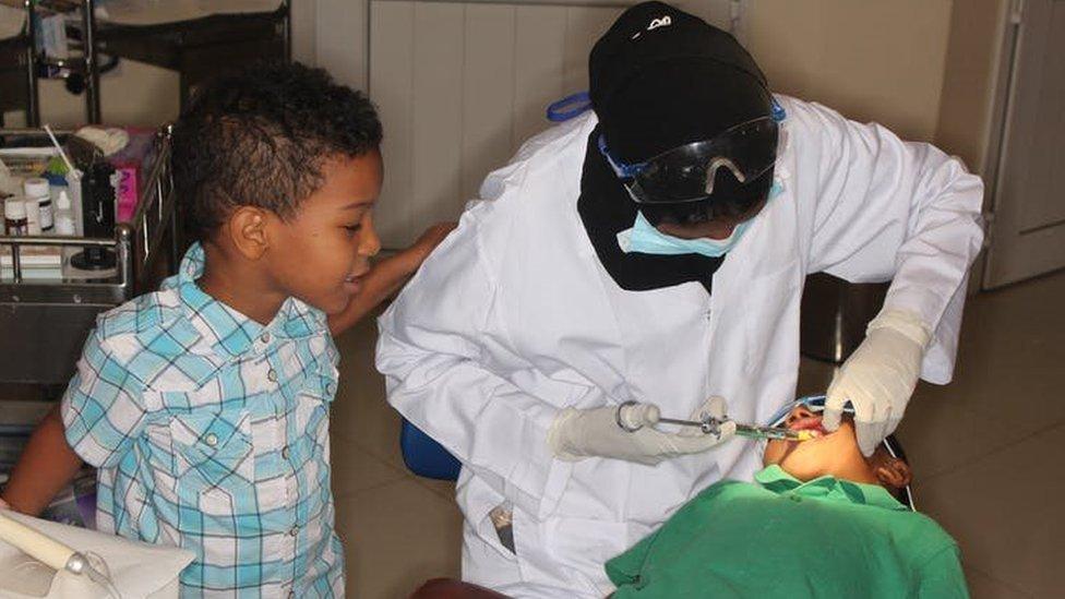 Niños siendo atendidos en la clínica dental de Fadil Elamin