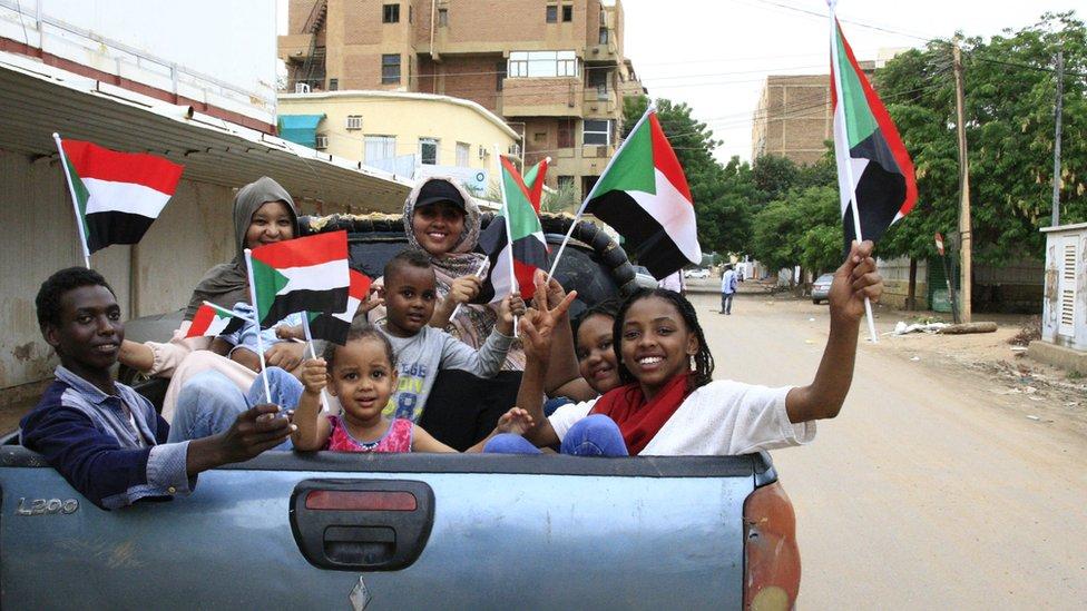 سوادنيون يحتفلون بتوقيع الوثيقة الدستورية