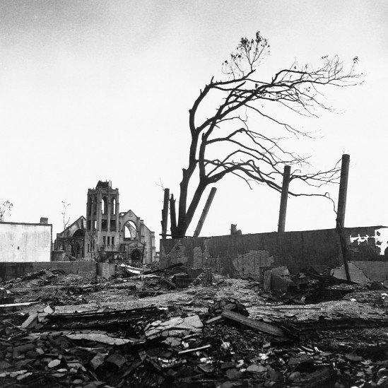 Destrucción en Hiroshima tras la bomba atómica. Entre las ruinas se ve la silueta de un árbol.