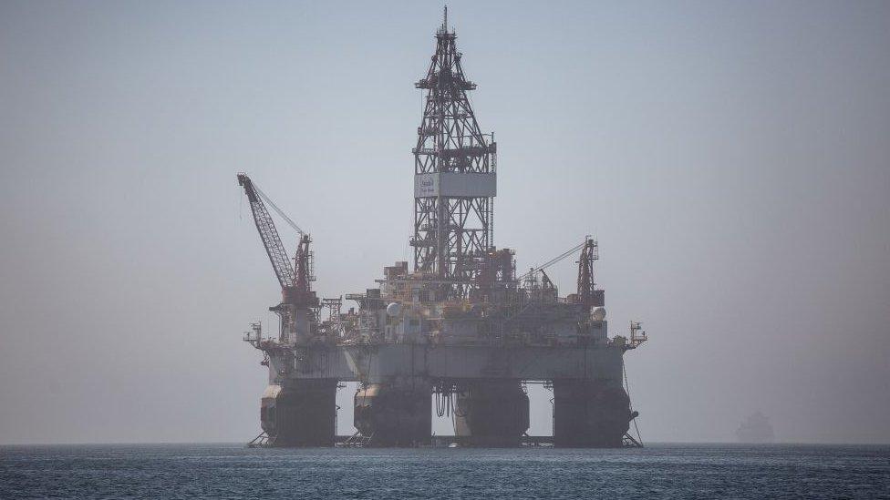 استخراج النفط في أنغولا