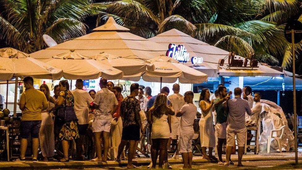Aglomeración de personas celebrando el año nuevo en Río de Janeiro