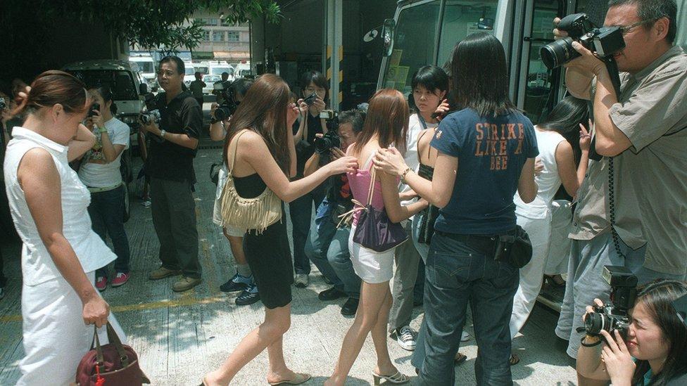 香港警方在掃蕩色情場所時,不時會發現一些沒有工作簽證的妓女在這些場所工作,會以違反簽證條件等罪名將他們拘捕。